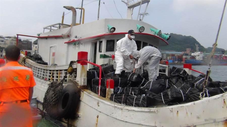 海巡署宜蘭查緝隊在走私魚船上搜261,000包,市價高達1,600萬。(海巡署提供)