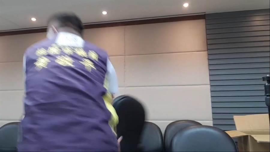 黃敬平上午在組改小組會議中開直播,進而怒砸椅子。(摘自黃敬平直播)