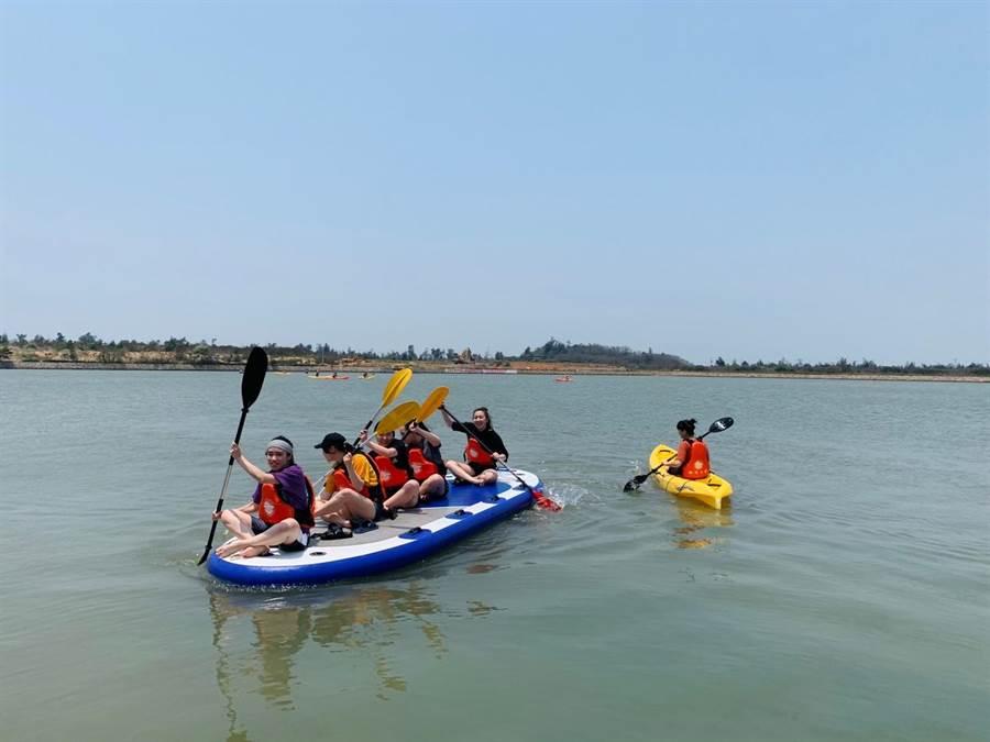 銘傳大學學生在德明湖進行水上活動課程之一。(銘傳大學提供)