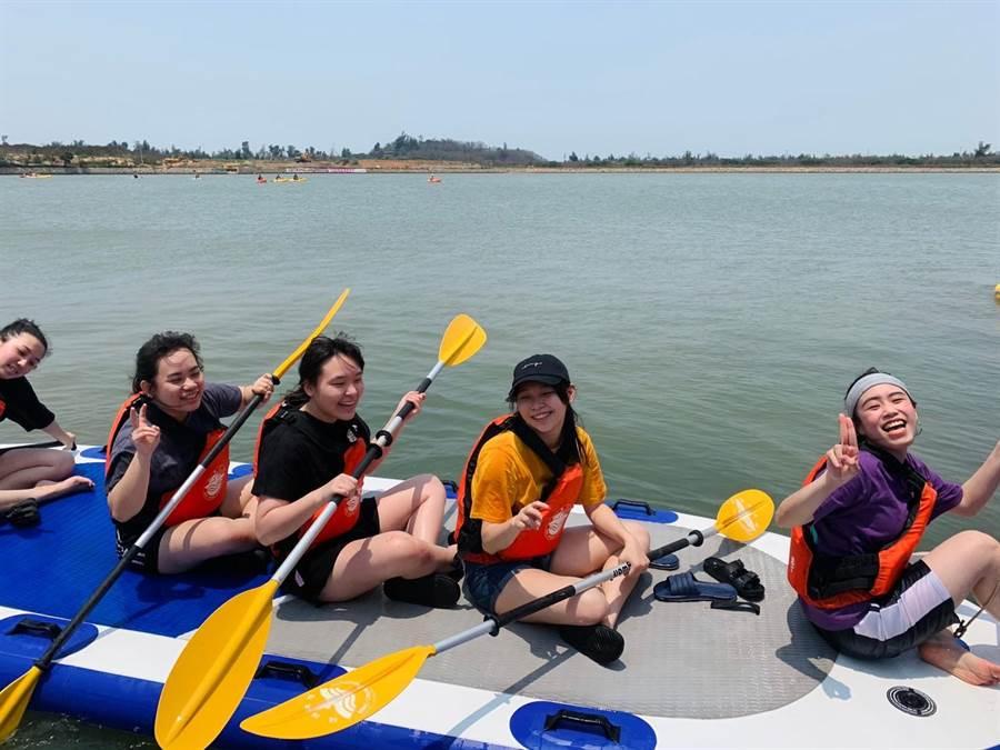 銘傳大學學生在德明湖進行水上活動課程之二。(銘傳大學提供)