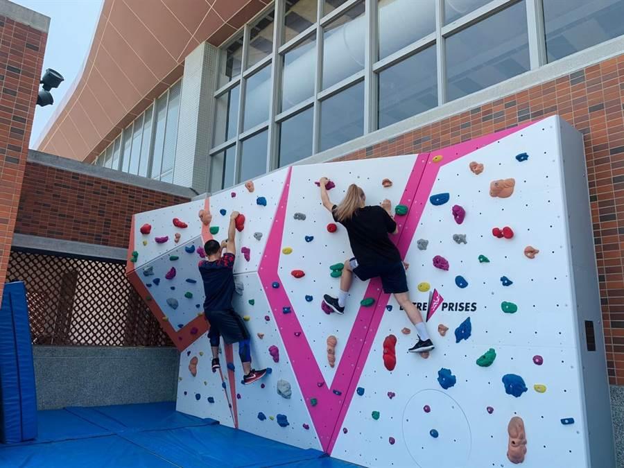 銘傳大學學生進行攀岩活動課程。(銘傳大學提供)
