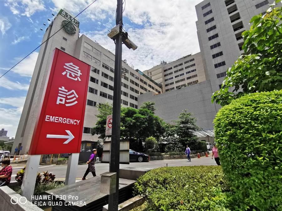 命真大,板橋8歲女童14樓墜落1樓意識清楚,被送往亞東醫院檢查治療。(吳家詮社)