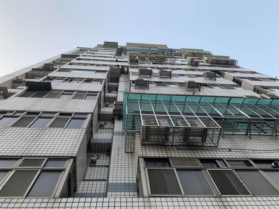 奇蹟命真大,板橋1名8歲女童從14樓墜落1樓,僅頭部流血,意識清楚。(讀者提供/吳家詮傳真)