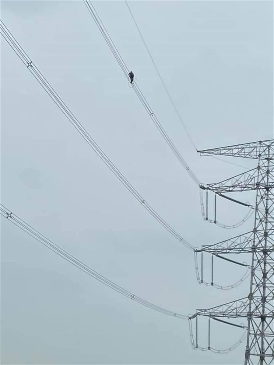 原PO說:「真心的向工程人員致敬!第一次看到嚇一跳,西螺大橋旁風超大。」(圖/摘自爆廢公社二館)