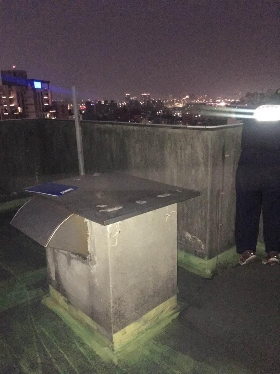 女童墜樓警方鑑識人員到屋頂採證。(翻攝畫面/王揚傑傳真)