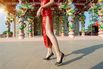 越南正妹穿高衩旗袍 開到臀部若隱若現