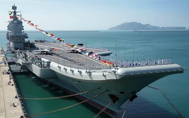 解放軍第一艘自製航母「山東」艦在海南三亞軍港交付海軍的畫面。(新華社)