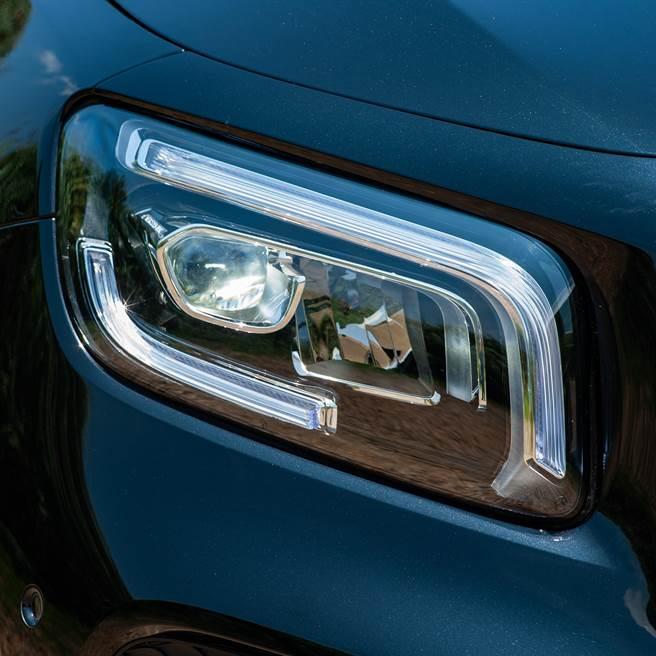 全新LED頭燈與雙L型日行燈獨具風格。(陳大任攝)