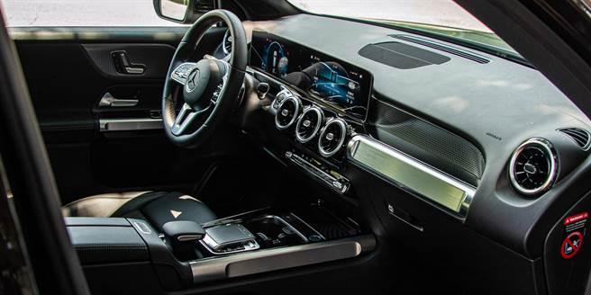 座艙內許多設計相互呼應,例如手套箱上方銀色飾板、中控鞍座側面飾板及車門把手飾板,都有著類似的造型,展現硬派風格。(陳大任攝)