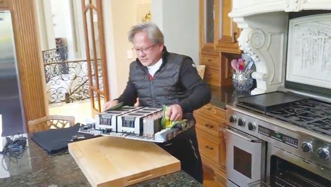 輝達執行長黃仁勳自拍搞笑影片,在自家烤箱中拉出了一台龐大的繪圖卡設備並放到廚房桌上,炒熱7奈米Ampere繪圖晶片話題。圖/影片截圖