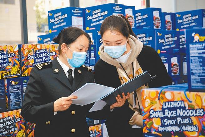 廣西柳州市螺螄粉企業,將產品出口至美國。(中新社資料照片)