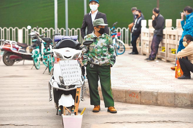 雲南昆明不少務工人員在街頭找工作。(中新社資料照片)