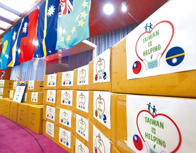 台灣捐贈口罩給太平洋4友邦,貼有Taiwan is helping及我國與邦交國的國旗。(本報系資料照片)