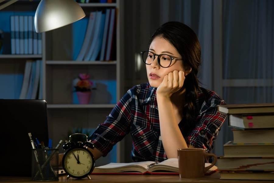 熬夜、不忌口都NG,專家曝5大「傷肝」行為。(示意圖/Shutterstock)