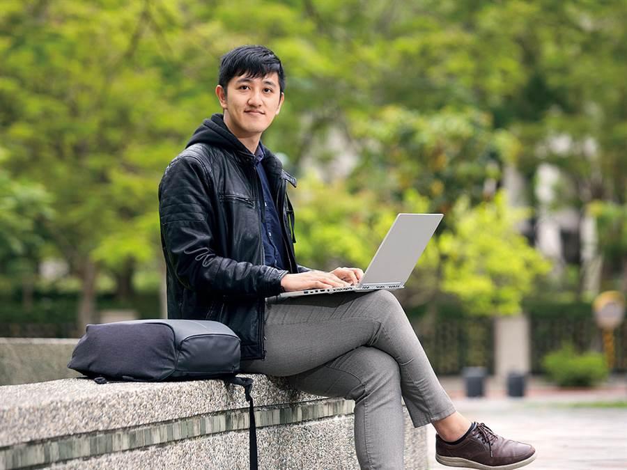 王毓仁沒有國外學歷,也能爭取到臉書美國總部實習的機會,與世界級人才互相激盪合作。(攝影蕭芃凱/商周提供)