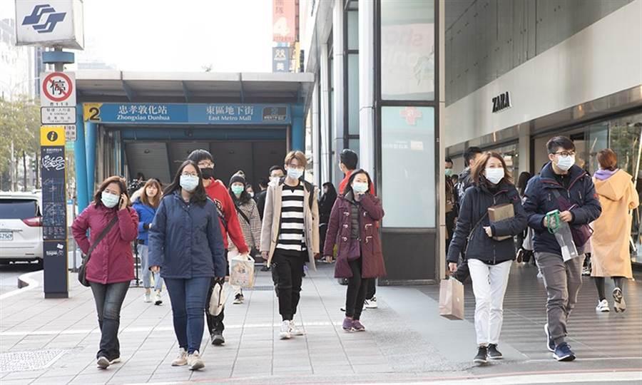台灣疫情趨緩,天氣又突然暴熱,戴了這麼久的口罩,還要再戴多久?(圖/陳弘璋)