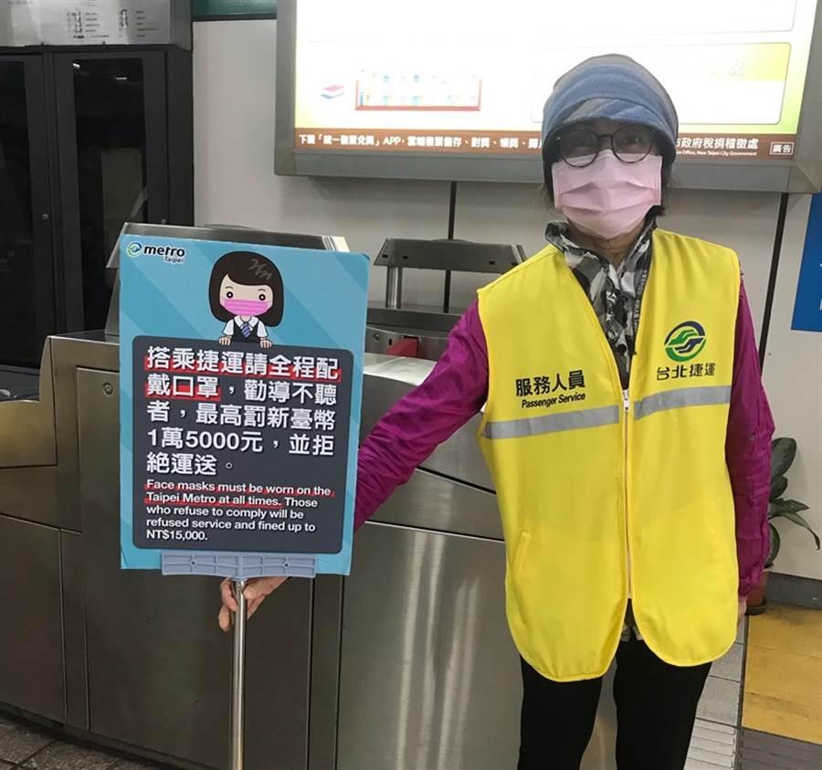 (大眾運輸工具如捷運、公車等為了防疫,要求搭車必須戴口罩。圖片來源:賀桂芬)