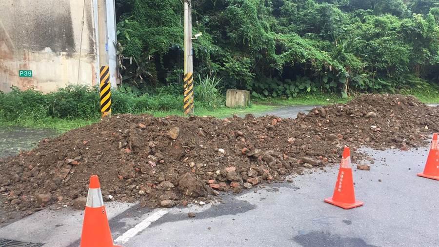 基隆市大同街遭人惡意濫倒約20噸廢棄土方,警方徹夜追查鎖定黃姓砂石車司機到案。