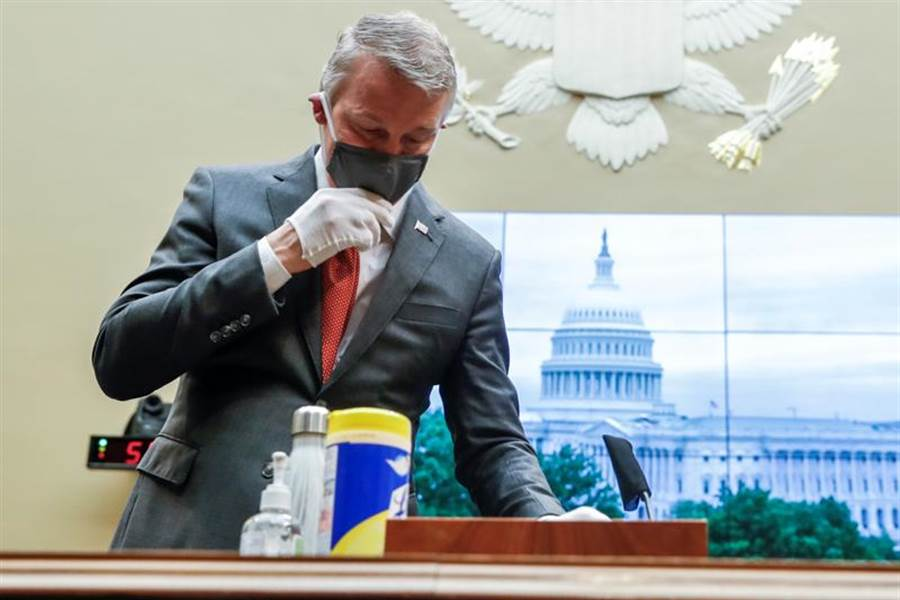 美國「生物醫學高級研究與發展管理局」(BARDA)前局長布萊特,在遭川普政府革職後,成為吹哨人,他今天戴口罩和手套,在眾議院聽證會作證。(路透)