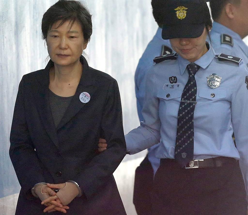 韓國前總統朴槿惠2017年10月10日戴著手銬,準備在首爾中央地方法院出庭的神情。(達志圖庫/TGP)