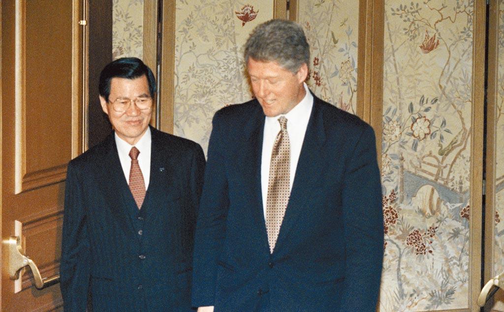 1993年11月20日,亞太經合會高峰會(APEC)於美國西雅圖舉行。美國總統柯林頓(右)以地主國身分接見經建會主委蕭萬長(左)。(林道銘攝)