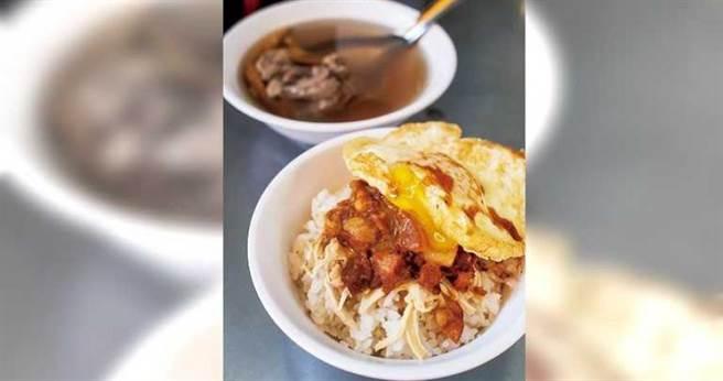 「雞魯飯」記得加點1顆半熟荷包蛋,滋味勾人。(50元)(圖/焦正德攝)