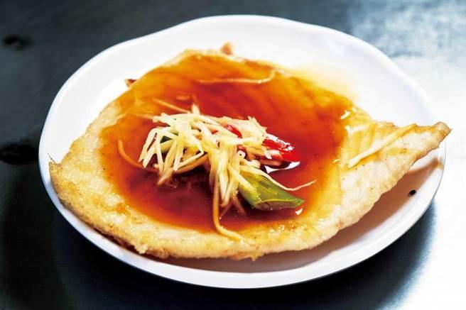 清淡不油膩的「紅燒旗魚」,肉質鮮嫩少刺。(50元)(圖/焦正德攝)