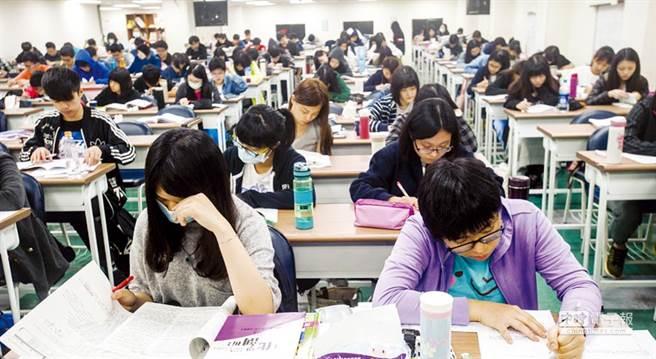 一名網友好奇,台灣人幾乎從小補習,為何出社會後人均GDP卻贏不了歐美國家。(示意圖,與內文無關/本報資料照)