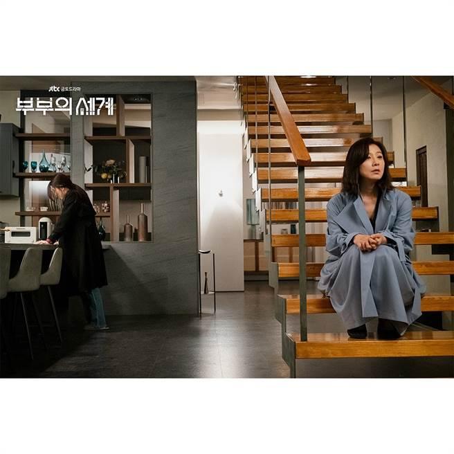 官方釋出《夫妻的世界》15集劇照,小三韓素希崩潰前往金喜愛家中。(取自JTBCdrama IG)