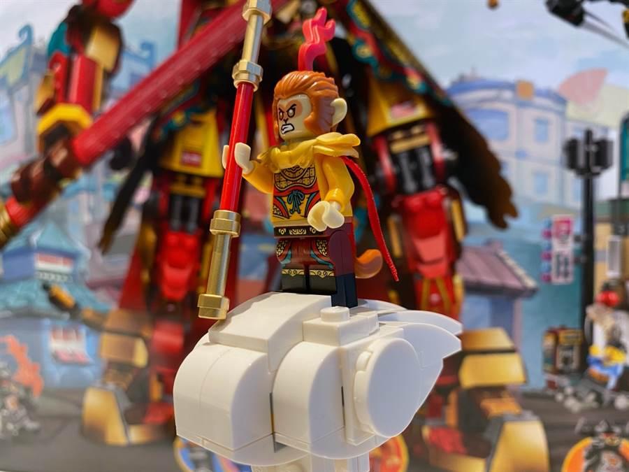 樂高全新的自有IP系列「Monkie Kid悟空小俠」系列80012齊天大聖黃金機甲中乘著觔斗雲的孫悟空人偶。(黃慧雯攝)