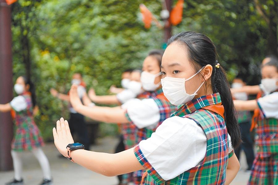 重慶某一小學學生在體育課上練習戲曲元素的健康操。(新華社資料照片)
