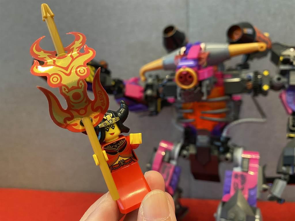 LEGO悟空小俠系列80010牛魔王烈火機甲當中的人偶,是唯一一個悟空小俠盒組中有「鐵扇公主」人偶的盒組!(黃慧雯攝)