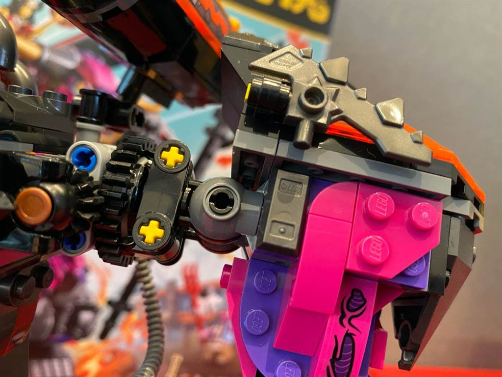 LEGO悟空小俠系列80010牛魔王烈火機甲的手腳關節都可以自由轉動,呈現更多變化的姿勢。(黃慧雯攝)