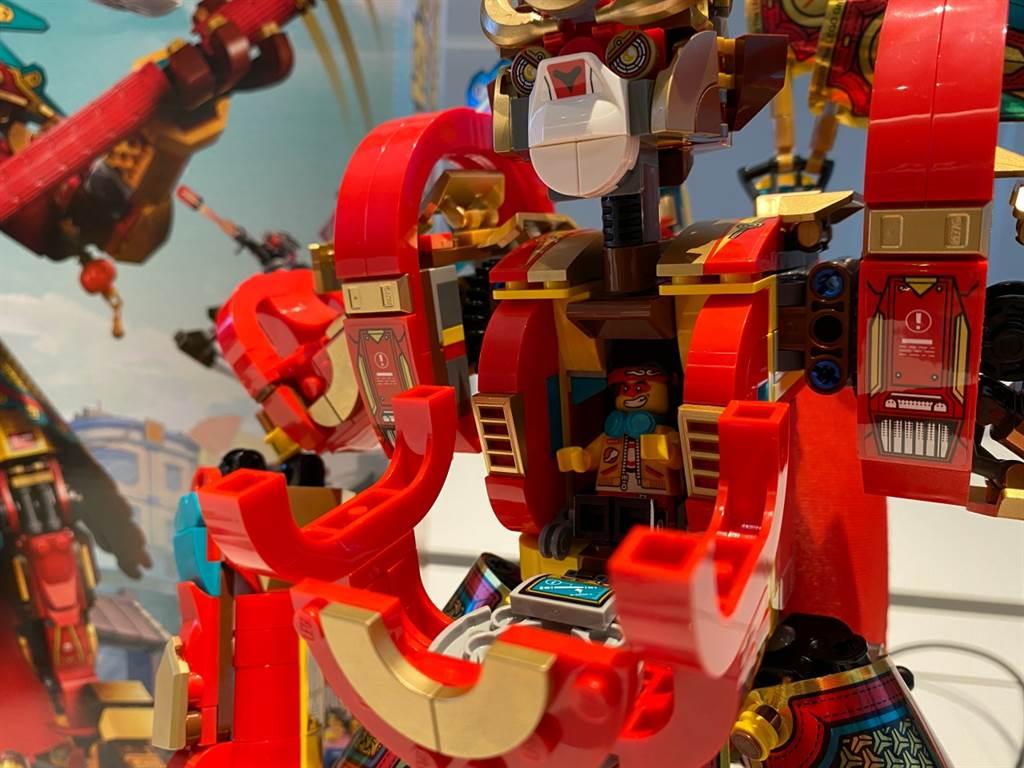 事實上,悟空小俠乘坐在黃金機甲中,操控著黃金機器甲對抗牛將軍!(黃慧雯攝)