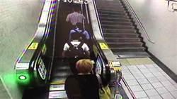 見短裙女大生精蟲上腦  工程師捷運電扶梯偷拍裙底落網