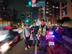 男子車輛卡路中間 警方推車解圍