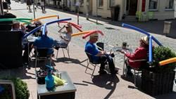 德國咖啡廳客戶樂得戴上蜻蜓帽保持社交距離