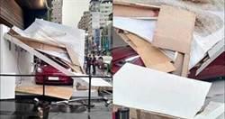 台中雷雨加強風吹垮展示架「壓壞特斯拉」 網驚呼:賀成交