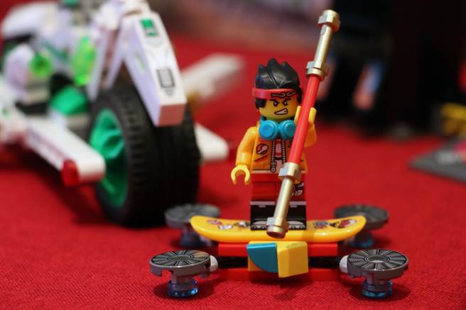 LEGO悟空小俠系列80006有乘著飛行滑板的悟空小俠。(黃慧雯攝)
