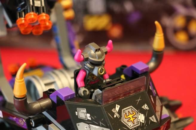 LEGO悟空小俠系列80007牛雜兵乘著牛魔暗黑戰車看開戰啦!(黃慧雯攝)