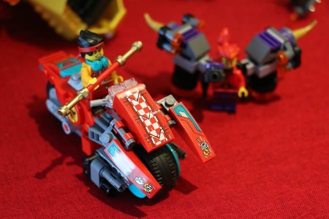 LEGO悟空小俠系列80008悟空小俠雲霄戰機採用分離式設計,可以獨立成為摩托車!(黃慧雯攝)