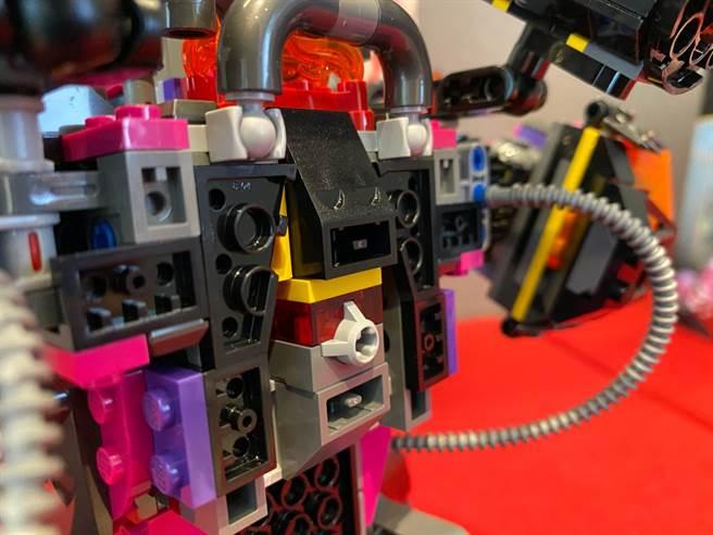 LEGO悟空小俠系列80010牛魔王烈火機甲當中的人偶,也是唯一一個悟空小俠盒組中有「發光磚」的盒組!(黃慧雯攝)