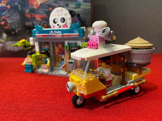 LEGO悟空小俠系列80011紅孩兒邪火戰車中,悟空小俠開著朱大廚的外賣車要趕到熊猫便利店!(黃慧雯攝)