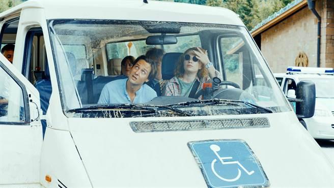 湯姆希林在《金魚俱樂部》飾演身障投顧經理,異想天開組團去瑞士銀行搬回偷藏的「海角7億」鉅款。(海鵬影業提供)