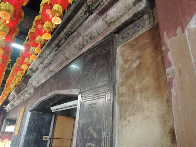 廟宇年久失修,如石雕、交趾陶、壁畫等受損甚為嚴重。(張毓翎攝)