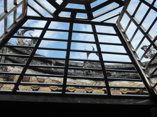 水泥屋頂及柱體都有崩落。(張毓翎攝)