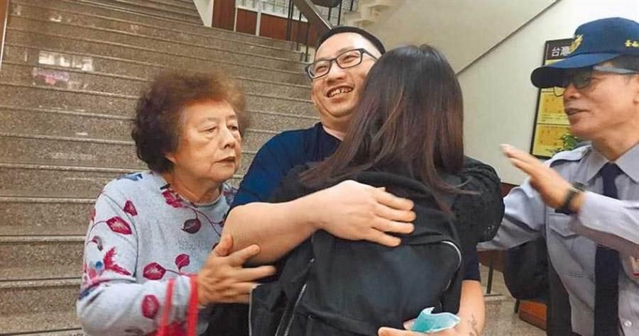 死囚謝志宏獲改判無罪。圖為去年他在關押6834天後,開心重獲自由。(圖/報系資料照)