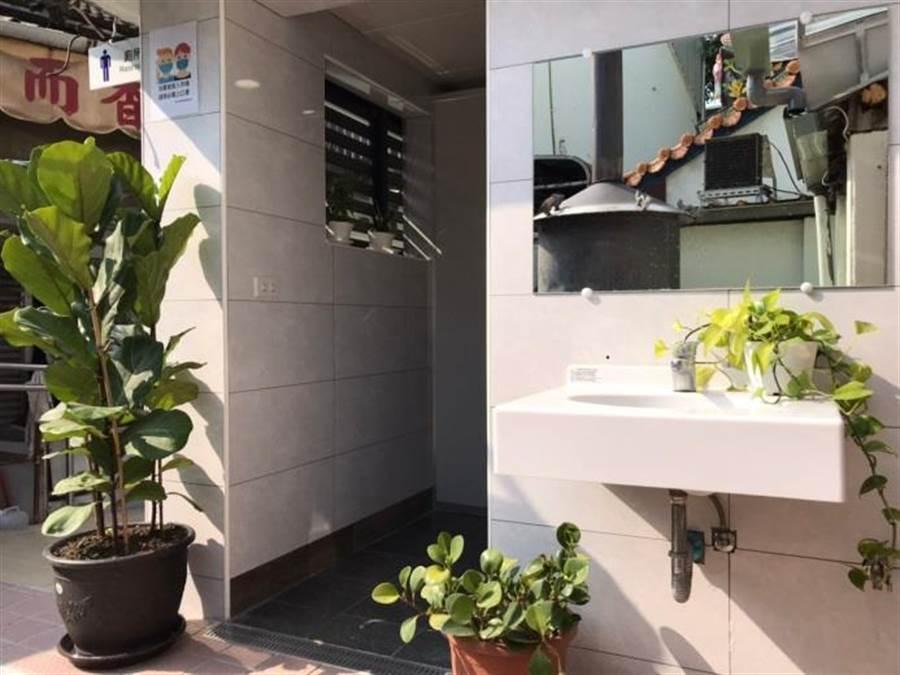 中市整修6傳統市場廁所,提供攤商、消費者乾淨的如廁場域。(台中市政府經發局提供/陳世宗台中傳真).