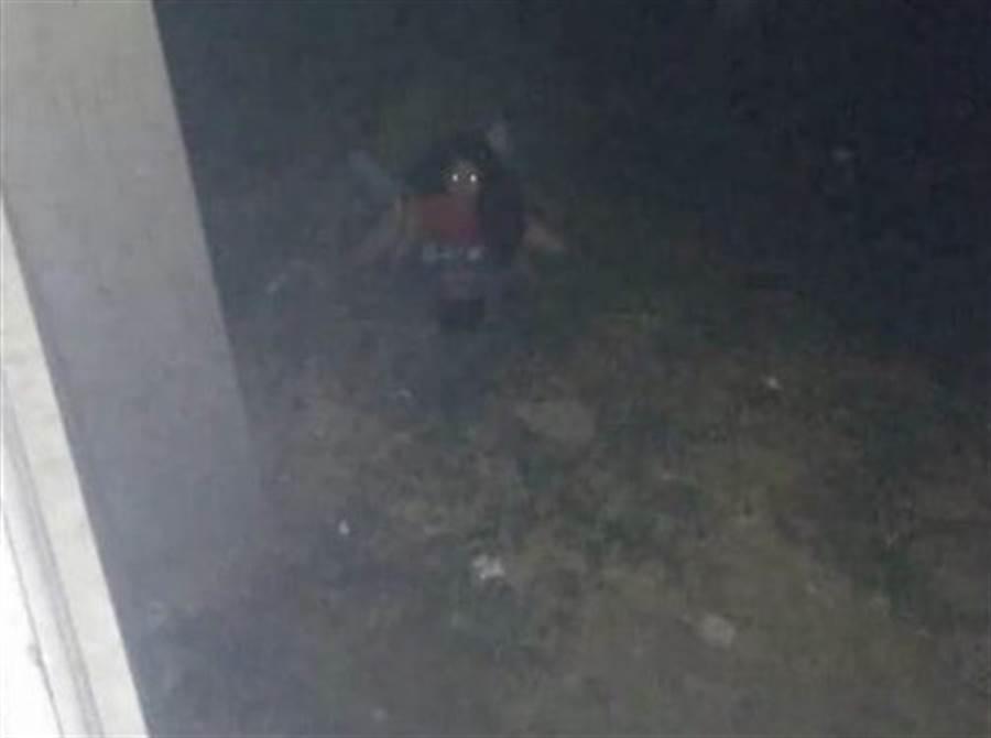 一對男女深夜在野外上演活春宮,看起來像是一張靈異照片。(圖/翻攝自爆廢公社)