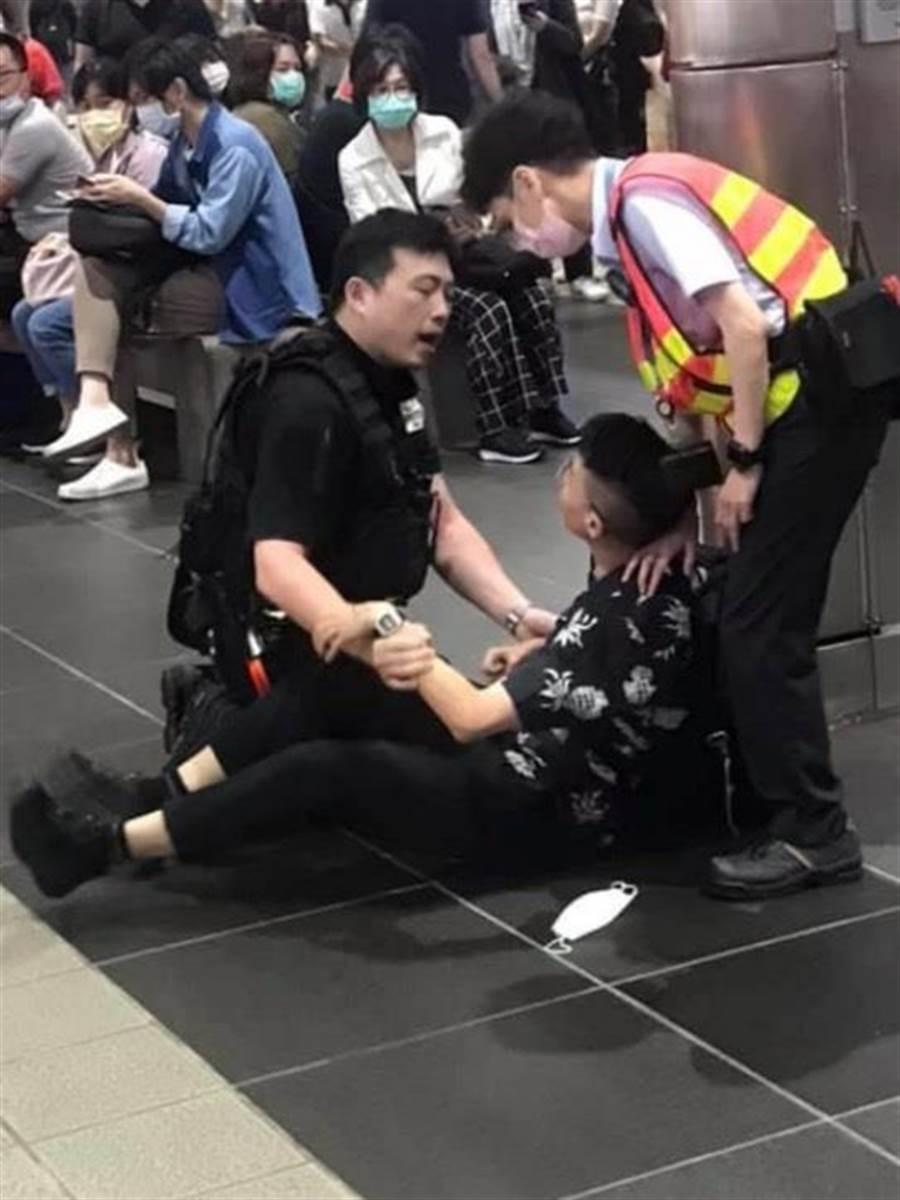 台北捷運出現第2例不願配合戴口罩開罰案,正女孩對保全大打出手。(摘自爆料公社)
